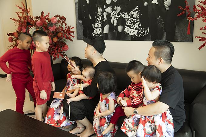 Ngoài việc chuẩn bị trang phục rực rỡ, hai ông bố còn đưa các con đi chợ Tết mua sắm đồ trang trí. Dẫu các bé còn nhỏ, chưa biết nhiều nhưng doanh nhân Huy Cận và NTK Đỗ Mạnh Cường mong muốn những khoảng thời gian này sẽ cho các con những ký ức đẹp, tạo nên những thói quen tốt cho các bé với văn hoá truyền thống của người Việt.