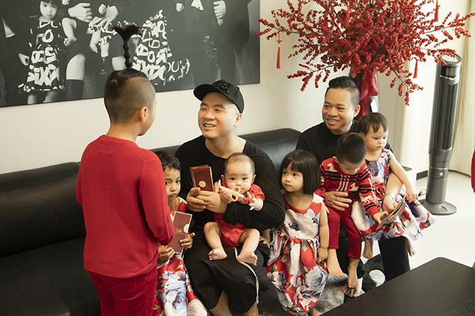 Sau khi nhận lời chúc từ các con, hai ông bố cũng trao lại lời chúc và những phong bao lì xì may mắn đầu năm.