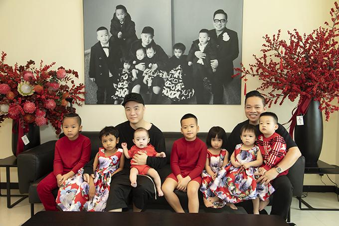 Mùng 1 Tết, 7 bé trong gia đình NTK Đỗ Mạnh Cường được diện trang phục đồng điệu sắc đỏ tượng trưng cho sự may mắn. Bận rộn với việc điều hành hệ thống cửa hàng thời trang, hai ông bố vẫn dành thời gian để mua sắm trang phục đồng điệu cho các con từ trước Tết.