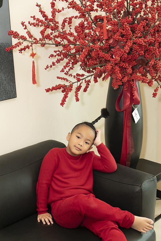 Nhím là người con đầu tiên được Đỗ Mạnh Cường nhận nuôi và cũng là anh cả trong gia đình. Cậu nhóc sớm bộc lộ thiên hướng nghệ thuật, đam mê nhảy nhót và từng biểu diễn trong show diễn của bố.