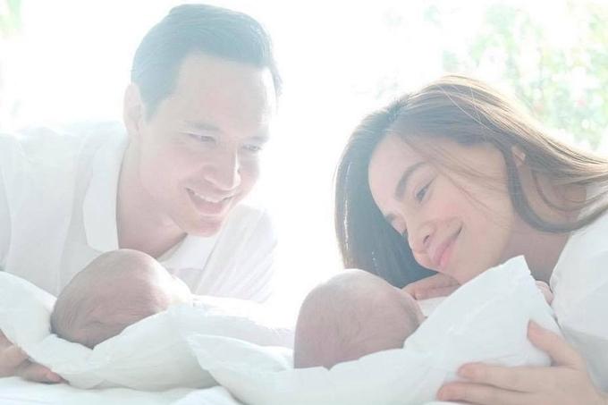 Từ khi cặp song sinh chào đời, nữ ca sĩ trở nên cởi mở hơn về cuộc sống riêng thay vì luôn giữ bí mật như thời kỳ mang thai.