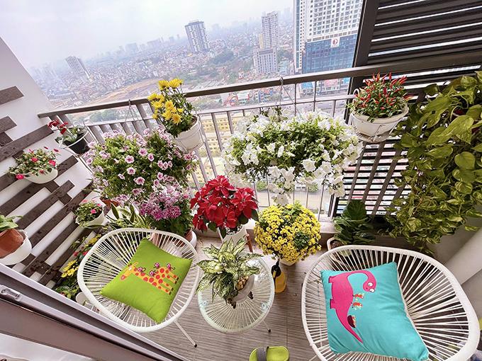 Chiếc ban công nhỏ được Minh Hương trang hoàng bằng rất nhều loài hoa màu sắc rực rỡ.