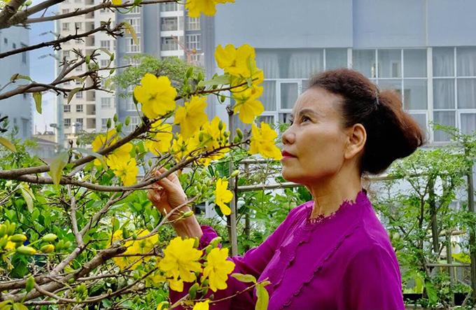 Vườn nhà của Hồ Ngọc Hà rực sắc xuân với đủ các loại hoa do mẹ cô chăm chút. Sau Tết này, gia đình Hồ ngọc Hà sẽ chuyển ra ngoài sống và hàng tuần đưa các con về thăm ông bà. Cô rất phấn khích khi chia sẻ về kế hoạch này với người hâm mộ.