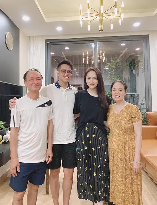 Tình cảm của Hương Giang và Matt Liu được gia đình ủng hộ. Chàng CEO người Singapore nhiều lần được bạn gái đưa về nhà giới thiệu với bố mẹ. Anh cũng chính là người đưa bố mẹ Hương Giang đến chung kết Hoa hậu Chuyển giới Việt Nam 2020 do cô tổ chức.