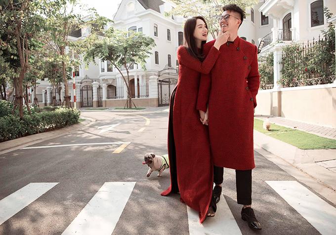 Trong bộ ảnh chia sẻ sáng mùng một, cặp đôi diện áo dài đỏ cùng chất liệu, tay trong tay dạo phố gần nhà. Că hai quấn quýt trong từng khuôn hình và được vô số lời khen đẹp đôi.