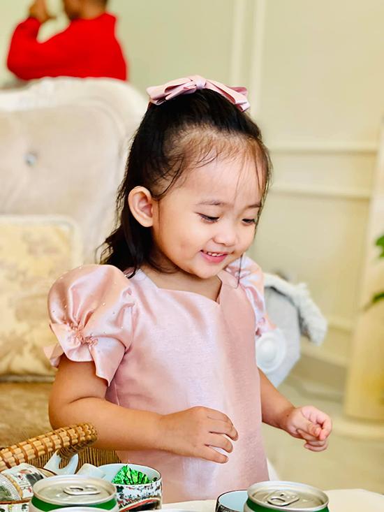 Khánh Thi cho biết, Anna ngày càng hay cười, không còn thường xuyên để mặt lạnh lùng như trước. Tuy nhiên, khi không hài lòng điều gì đó, cô bé sẽ ngó lơ cả nhà.