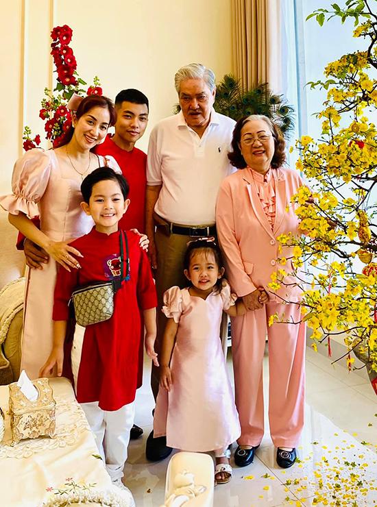 Bốn thành viên nhà Khánh Thi chụp ảnh cùng ông bà nội. Từ ngày về làm dâu, Khánh Thi sống chung với các thế hệ nhà chồng trong cùng một căn nhà. Tuy nhiên, vì căn nhà rất rộng lớn nên vợ chồng cô vẫn có không gian riêng tư.