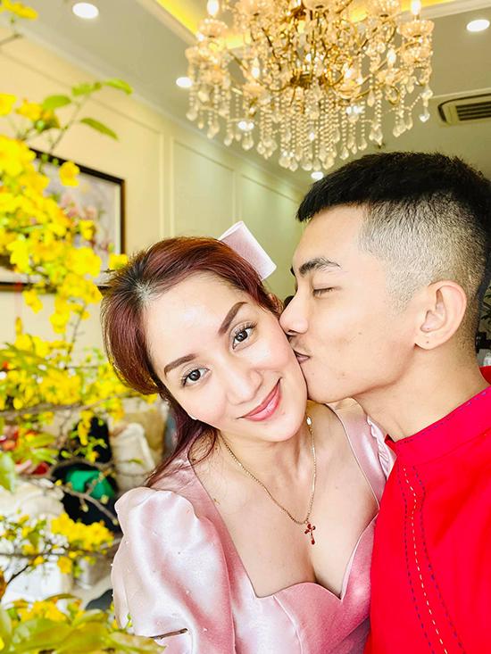 Phan Hiển đặt lên má vợ nụ hôn nồng nàn trong ngày đầu năm mới. Vì Covid-19 diễn biến phức tạp, vợ chồng Khánh Thi - Phan Hiển hủy bỏ kế hoạch đi xuyên Việt đầu năm mới và dành thời gian bên hai gia đình nội - ngoại.