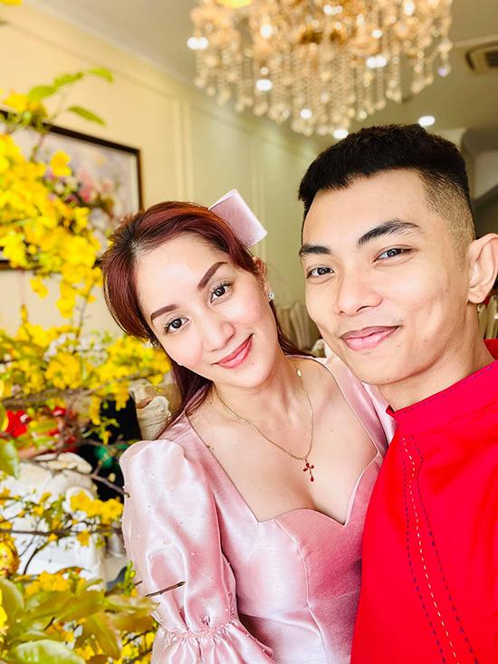 Ngày mùng Một Tết, vợ chồng Khánh Thi dành toàn bộ thời gian cho gia đình bên nội. Cặp đôi vàng của dancesport Việt Nam diện áo dài màu nổi để đồng điệu với không khí rực rỡ đầu xuân.