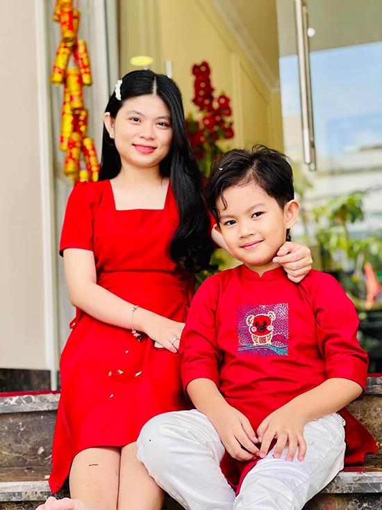 Kubi mặc áo dài ton sur ton với váy của cô ruột. Em gái Phan Hiển không hoạt động nghệ thuật mà làm kinh doanh.