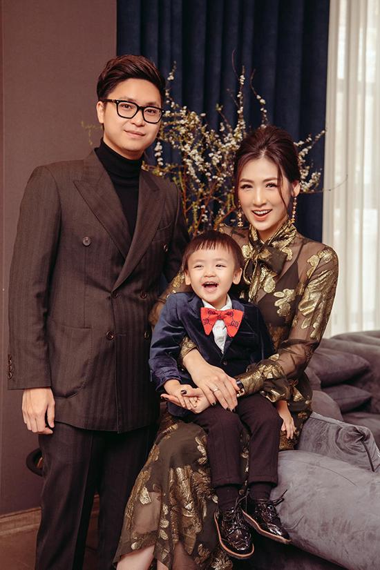 Ông xã và con trai Kem Kem diện vest bảnh bao chụp ảnh kỷ niệm cùng á hậu Tú Anh trong ngày đầu tiên của năm mới.