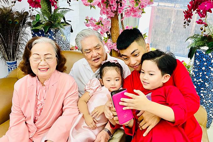Các cụ hạnh phúc khi chơi đùa cùng các chắt Kubi, Anna. Vợ chồng Khánh Thi - Phan Hiển rất mong muốn một trong hai người con của mình sẽ theo đuổi sự nghiệp kinh doanh của gia đình.