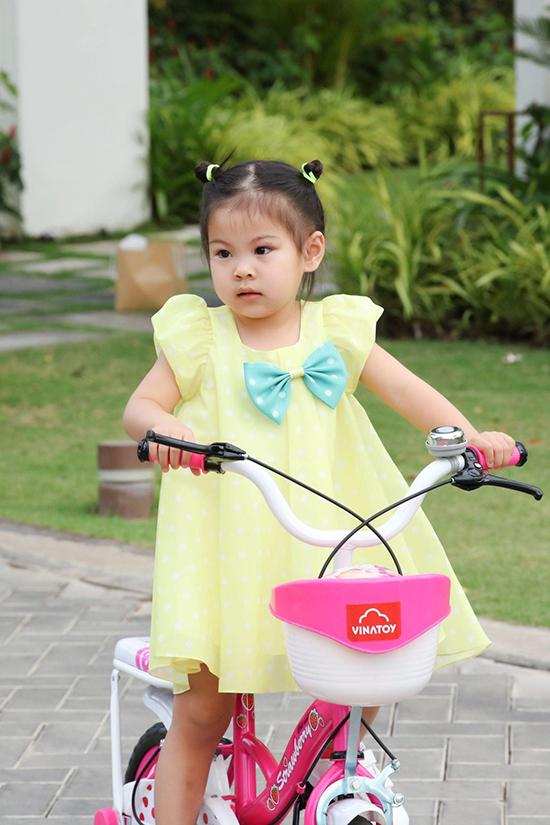 Bé Talia là trái ngọt trong cuộc hôn nhân của ca sĩ Thanh Thảo và ông xã Việt kiều Tom Han. Cô bé rất hiếu động, ưa các trò chơi mạo hiểm và đặc biệt thích thú đạp xe khắp khuôn viên khu nghỉ dưỡng khiến mẹ và anh trai phải vất vả mới đuổi kịp.