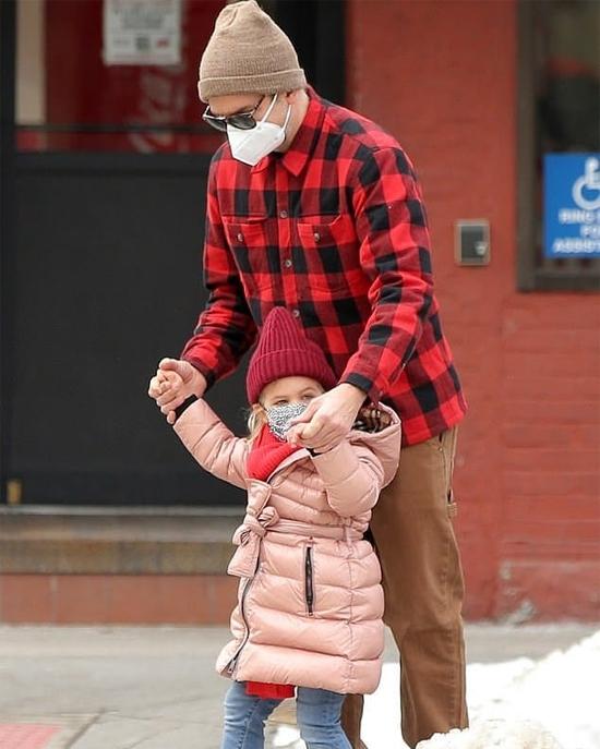 Lea tung tăng ra đường nghịch tuyết với bố hôm 10/2.