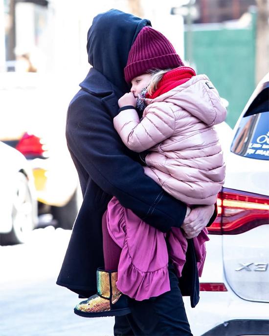 Bradley Cooper bế con gái cưng đi bộ quanh phố, tận hưởng ánh nắng buổi sáng. Hai bố con mặc kín mít giữa những ngày tuyết rơi dày.