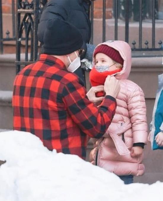 Ngôi sao A Star Is Born cẩn thận đeo khẩu trang, quàng khăn kín cho con giữa trời lạnh giá.