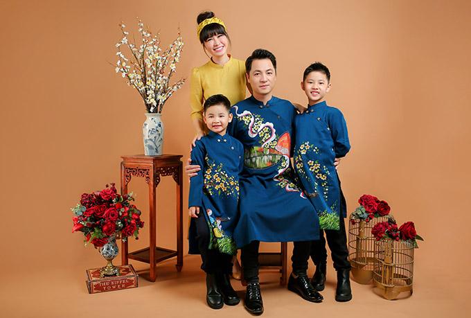 Năm nào gia đình Đăng Khôi cũng đầu tư thực hiện bộ ảnh Tết để ghi lại kỷ niệm, khoảnh khắc đẹp trong ngày đầu năm mới. Tôi là người luôn hướng về gia đình, yêu giá trị truyền thống. Năm nay dịch bệnh nên cả nhà tôi hạn chế du xuân hay đi chúc Tết, chủ yếu nghỉ ngơi, dành thời gian quây quần bên nhau, Đăng Khôi nói.