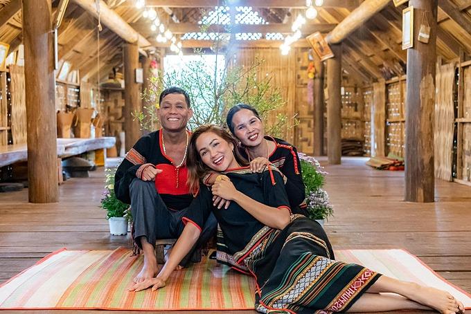 HHen Niê mặc trang phục truyền thống của người Ê Đê, ấm áp trong vòng tay bố mẹ ngày Tết.
