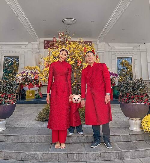 Gia đình Lan Khuê diện áo dài đỏ trong ngày đầu năm mới. Hoa khôi áo dài vẫn quyết giấu mặt quý tử.