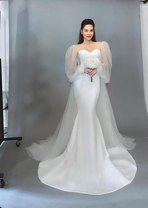Để làm nổi bật thần thái của Hà Hồ, NTK Lý Quí Khánh đã may 2 váy cưới tối giản nhưng vẫn làm toát lên vẻ sang trọng cho nữ nghệ sĩ.