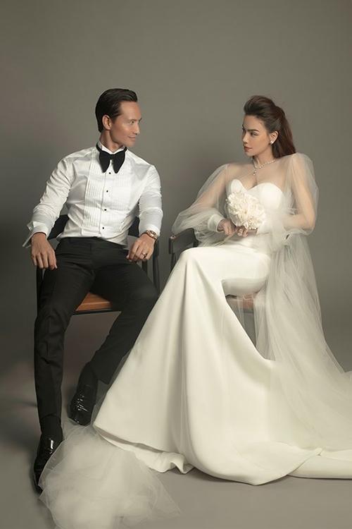 Trong đó, 2 bộ váy cưới của cô dâu Hà Hồ đều là thiết kế từ người bạn thân thiết - NTK Lý Quí Khánh. Bộ hình được thực hiện theo cảm hứng của chị Hà, nhắc về chị trong suốt quá trình làm nghề 20 năm qua, NTK chia sẻ.