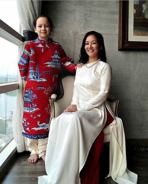 Ca sĩ Hồng Nhung và con trai cùng diện áo dài đón Tết.