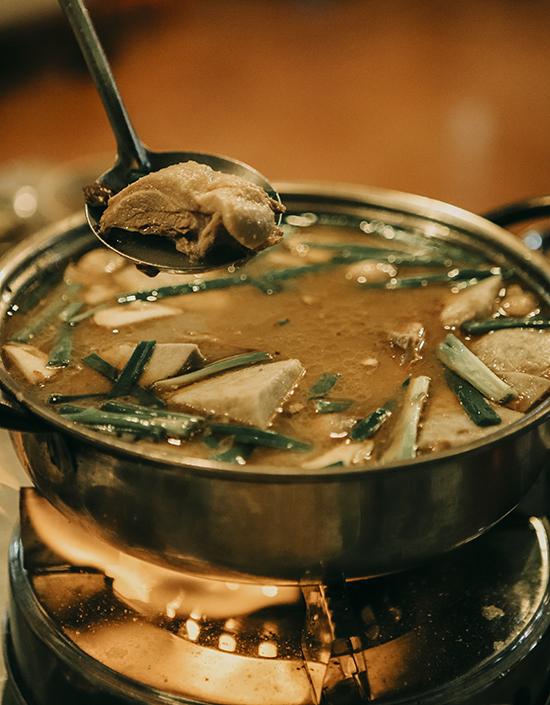 Sau một ngày rong chơi, đừng quên nếm thử các món ăn đặc trưng của vùng đất Tây Đô như vịt nấu chao trứ danh.