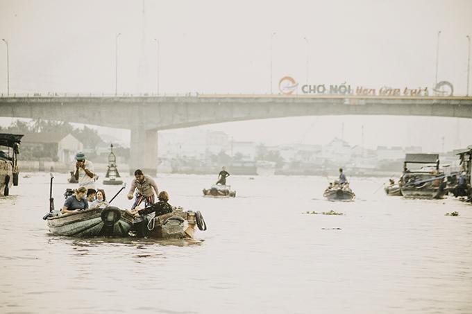 Chợ nổi Cái Răng ngày giáp Tết dường như vắng lặng hơn ngày thường, chỉ còn một vài du khách nước ngoài lênh đênh rong ruổi, cảm nhận nhịp sống miền sông nước.
