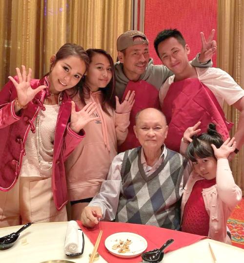 Vợ chồng Alvin Chau và gia đình quây quần dịp Tết.