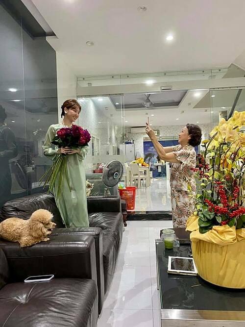 Mẹ Trấn Thành nhiệt tình làm thợ nhiếp ảnh cho con dâu Hari Won khi cô qua nhà chúc Tết.