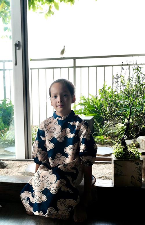 Diva từng xúc động chia sẻ về cách con trai dành tình cảm đặc biệt cho những điều nhỏ bé xung quanh. Bé đã tự tay ươm những mầm cây trong khu vườn, chăm chút và trò chuyện với chúng như những người bạn.