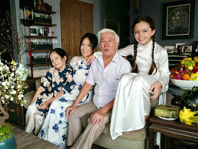 Trước đó, vào chiều 29 Tết, cặp song sinh đón ông ngoại sang nhà ăn cơm tất niên. Bố đẻ của diva Hồng Nhung là dịch giả Lê Văn Viện.