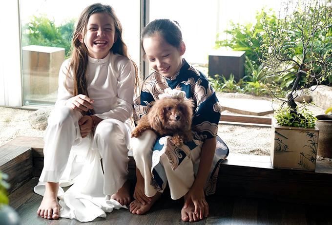 Trong căn hộ ở TP HCM, Hồng Nhung dành một phòng riêng trưng bày các bức tranh của con gái. Ngoài ra Tép có chung nhiều sở thích với anh trai Tôm như chăm sóc thú cưng, yêu âm nhạc... Cả hai được bạn trai của mẹ - chú Gerhard Heusch - dạy cưỡi ngựa và trượt tuyết.