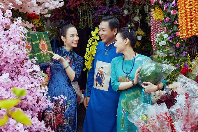 Vào những này cận Tết, Angela Phương Trinh chọn áo dài cho cả gia đình khi đi mua sắm đồ trang trí cho quán chay.