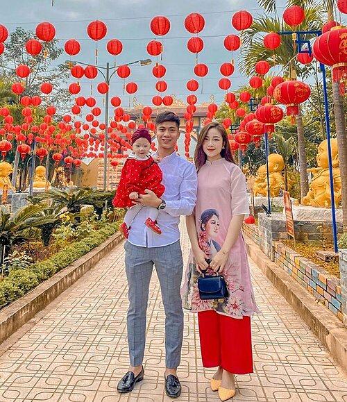 Vợ chồng Phan Đức và con gái xúng xính đi chơi Tết.