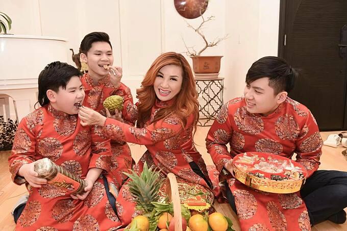 Trizzie Phương Trinh và ba con diện áo dài đồng điệu mừng Tết ngập niềm vui.
