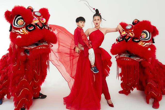 Ngọc Lan cùng con trai diện áo đỏ sặc sỡ, vui vẻ tạo dáng cùng đội lân trong năm mới như ước vọng mọi việc sẽ thuận lợi, may mắn, hanh thông.