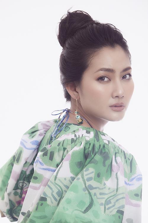 Bộ ảnh được thực hiện với sự hỗ trợ của nhiếp ảnh Hoàng Phúc, stylist Pông Chuẩn, trang điểm Trang Art – Thiên Hương.