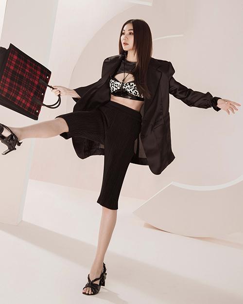 Chị đại làng mẫu Thanh Hằng trẻ trung và cá tính với set đồ kết hợp giữa áo crop-top da, blazer dáng rộng và quần xếp ly.