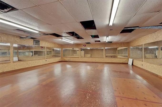 Trong nhà có riêng một phòng để học múa và tập thể dục.
