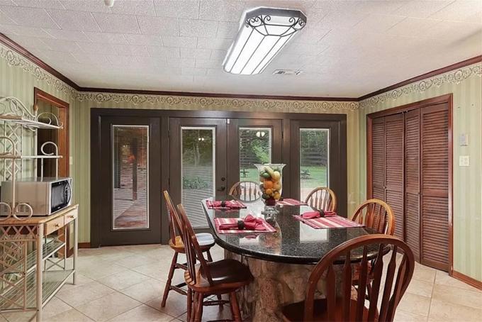Phòng ăn trang trí giấy dán tường kiểu cổ điển.