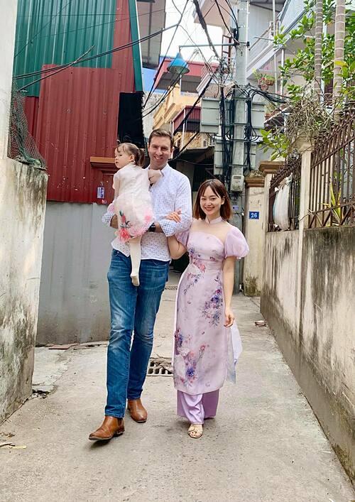Lan Phương đưa chồng và con gái về thăm và chúc Tết quê nội ở Hà Nội.