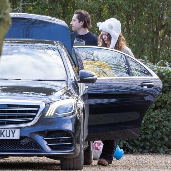 Theo nguồn tin, Michael Shuman đến khách sạn ở cùng Lily James khi cô đang cách ly cùng đoàn làm phim.
