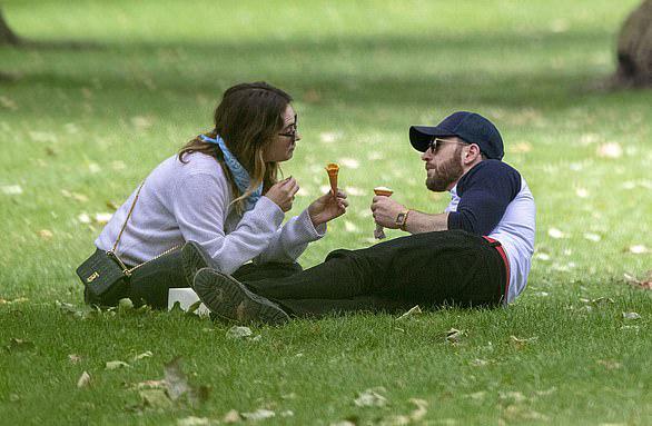Lily từng có một thời gian ngắn hẹn hò Đội trưởng Mỹ Chris Evans vào hè 2020.