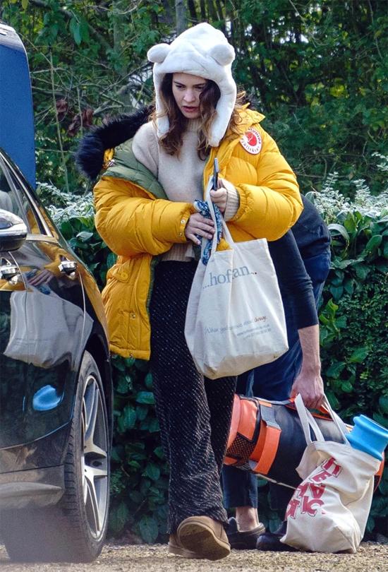 Nữ diễn viên 31 tuổi mang đồ đạc tới trường quay phim What's Love Got to Do With It. Cô được rocker 35 tuổi người Mỹ phụ giúp ra xe.