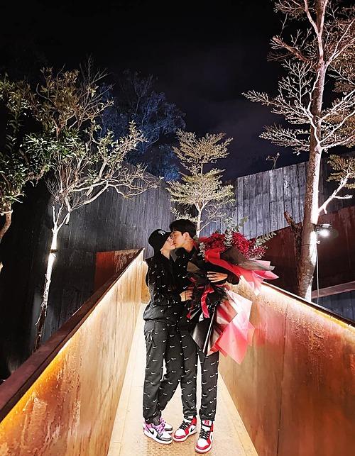 Kin Nguyễn chuyển khoản 99.999.999 triệu đồng tặng vợ, Thu Thuỷ liền gửi lời cảm ơn: Cha của sấp nhỏ thương anh. Valentine luôn ấm áp bên vợ chồng nha. Mãi bên nhau chồng nha. Cảm ơn vì đã bling cho em con số rất đẹp. Em yêu anh.