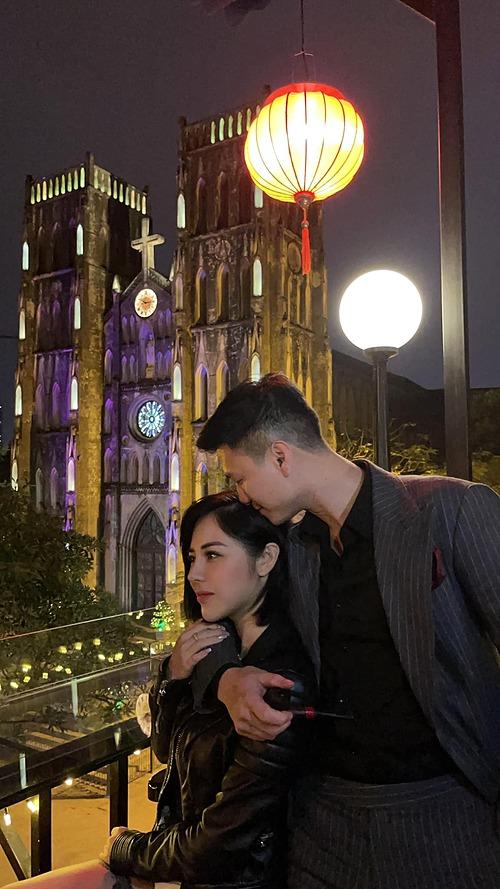 Diễn viên Huỳnh Anh tình tứ bên bạn gái Bạch Lan Phương.