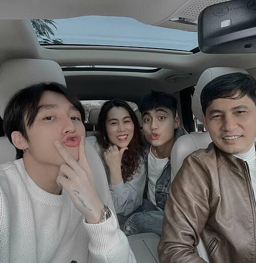 Sơn Tùng M-TP bên bố mẹ và em trai ngày Tết.