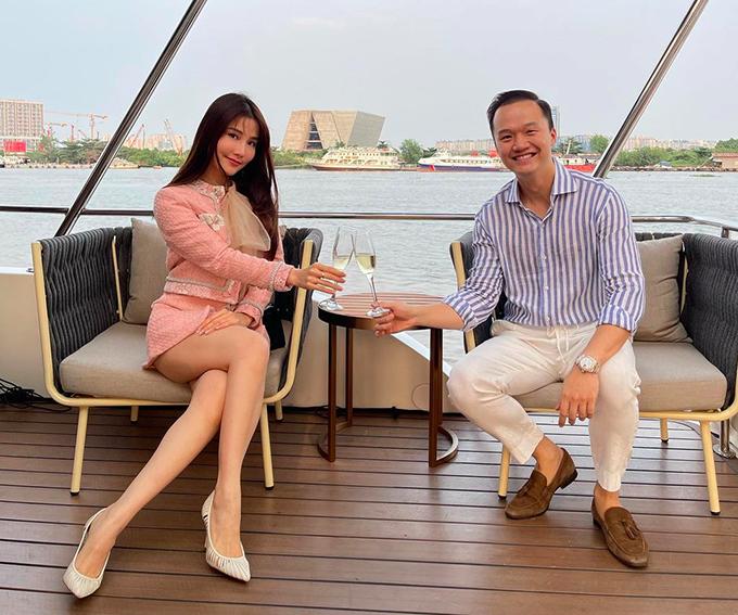 Vinh Nguyễn thuê riêng chiếc du thuyền để cùng bạn gái có những phút giây riêng tư, lãng mạn trong ngày lễ tình nhân. Du thuyền có phục vụ bữa tối, rượu vang, đồ ăn nhẹnhẹ và DJ chơi nhạc.