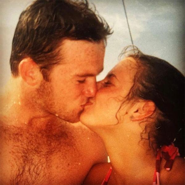 Yêu anh ngày ấy, yêu anh bây giờ. Chúc mừng Valentine Wayne Rooney, bà xã Coleen của cựu tiền đạo Wayne Rooney đăng tải lại bức ảnh chụp 18 năm trước tại Mexico mừng ngày 14/2.